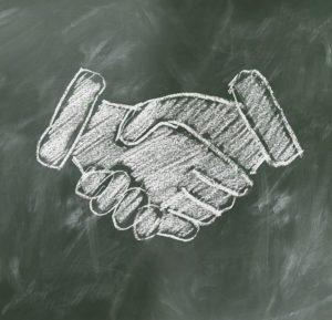 Tafelbild schüttelnde Hände. Foto: Pixabay